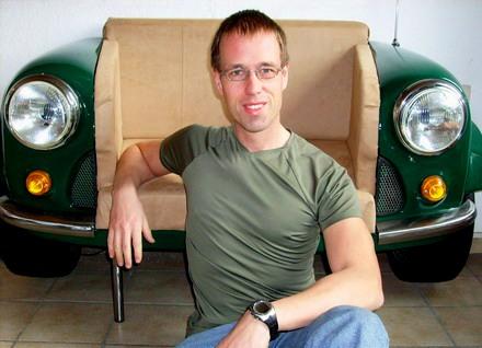 Gründer Martin Schlund vor Mini - Autosofa